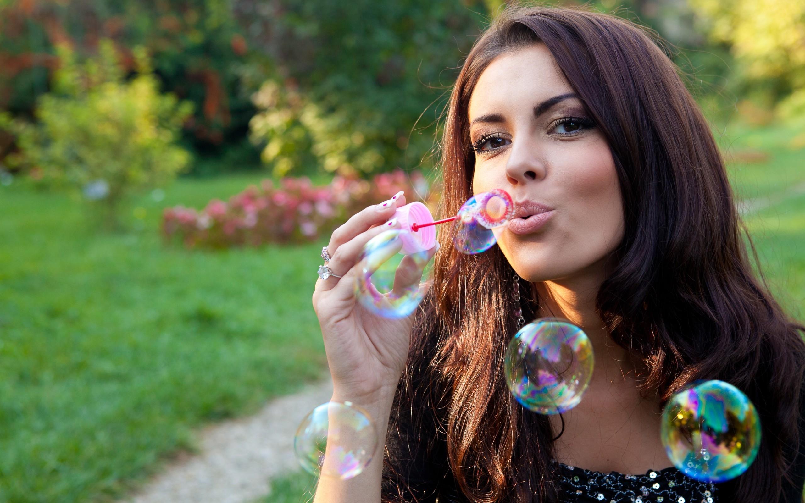 Девушка с конфетой инстаграм