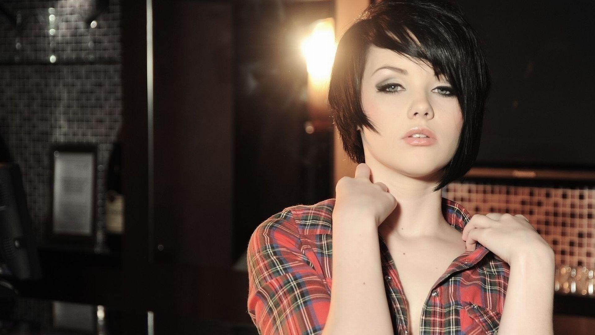 Красивые девушек с короткой стрижкой брюнетки