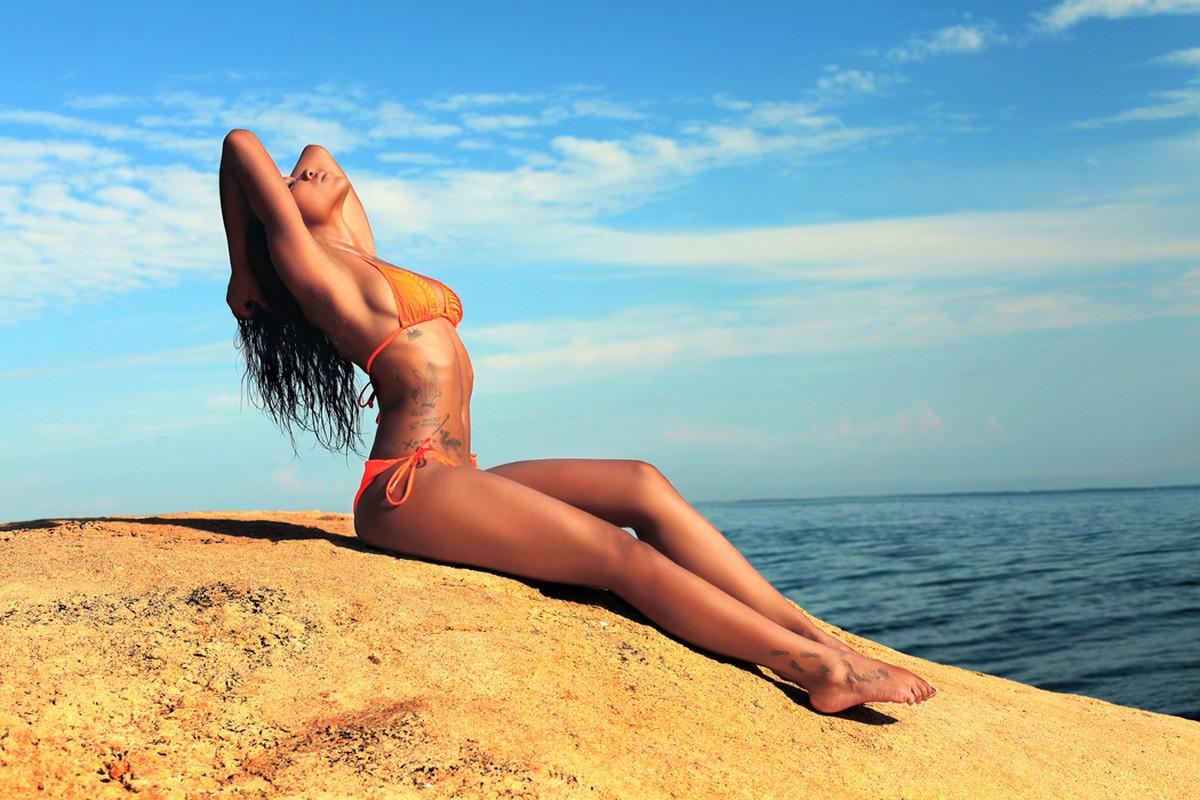 Fond d'écran : femmes, maquette, mer, Roche, le sable, plage, tatouage, bikini, Maillots de bain ...