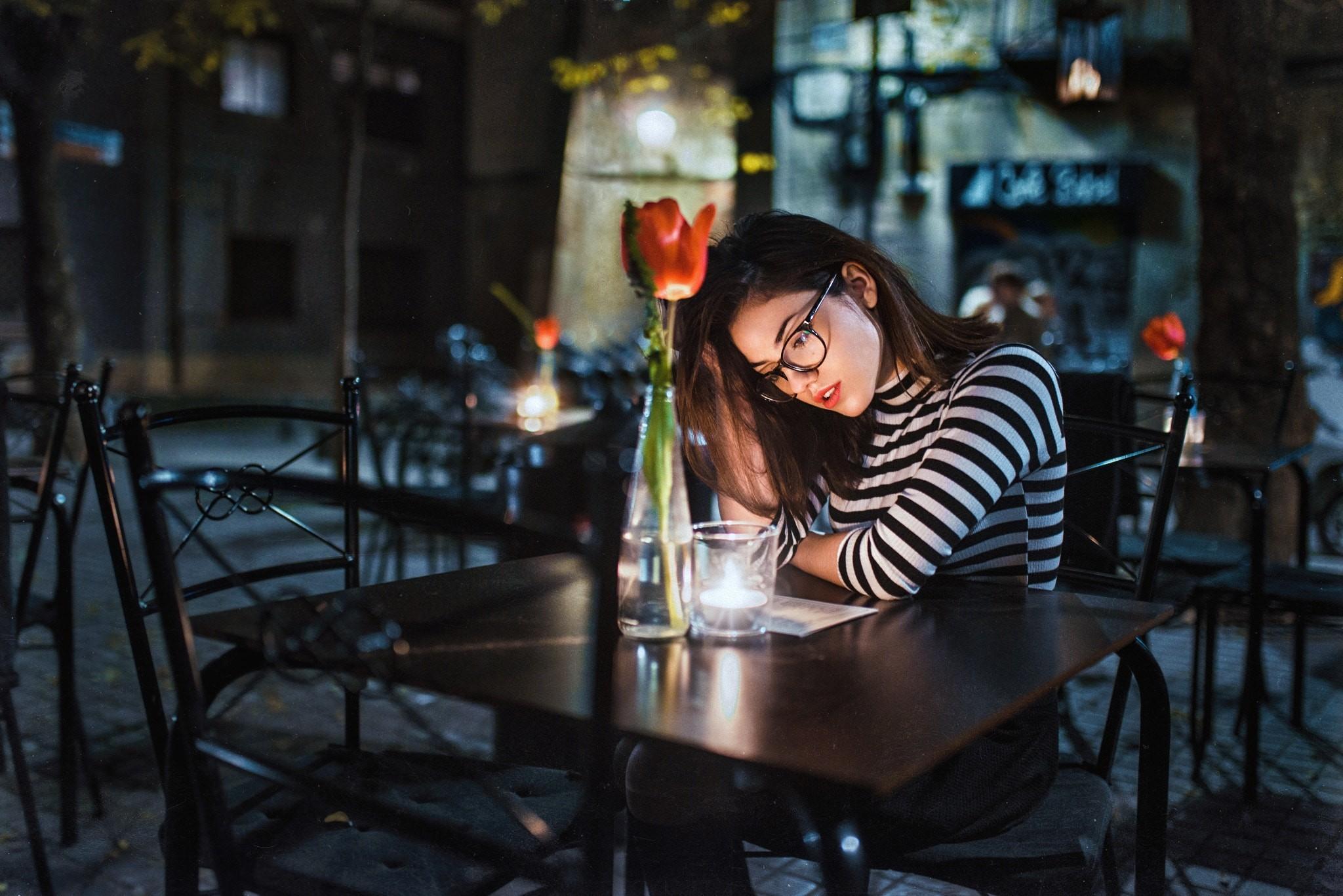 Брюнетка в баре картинка