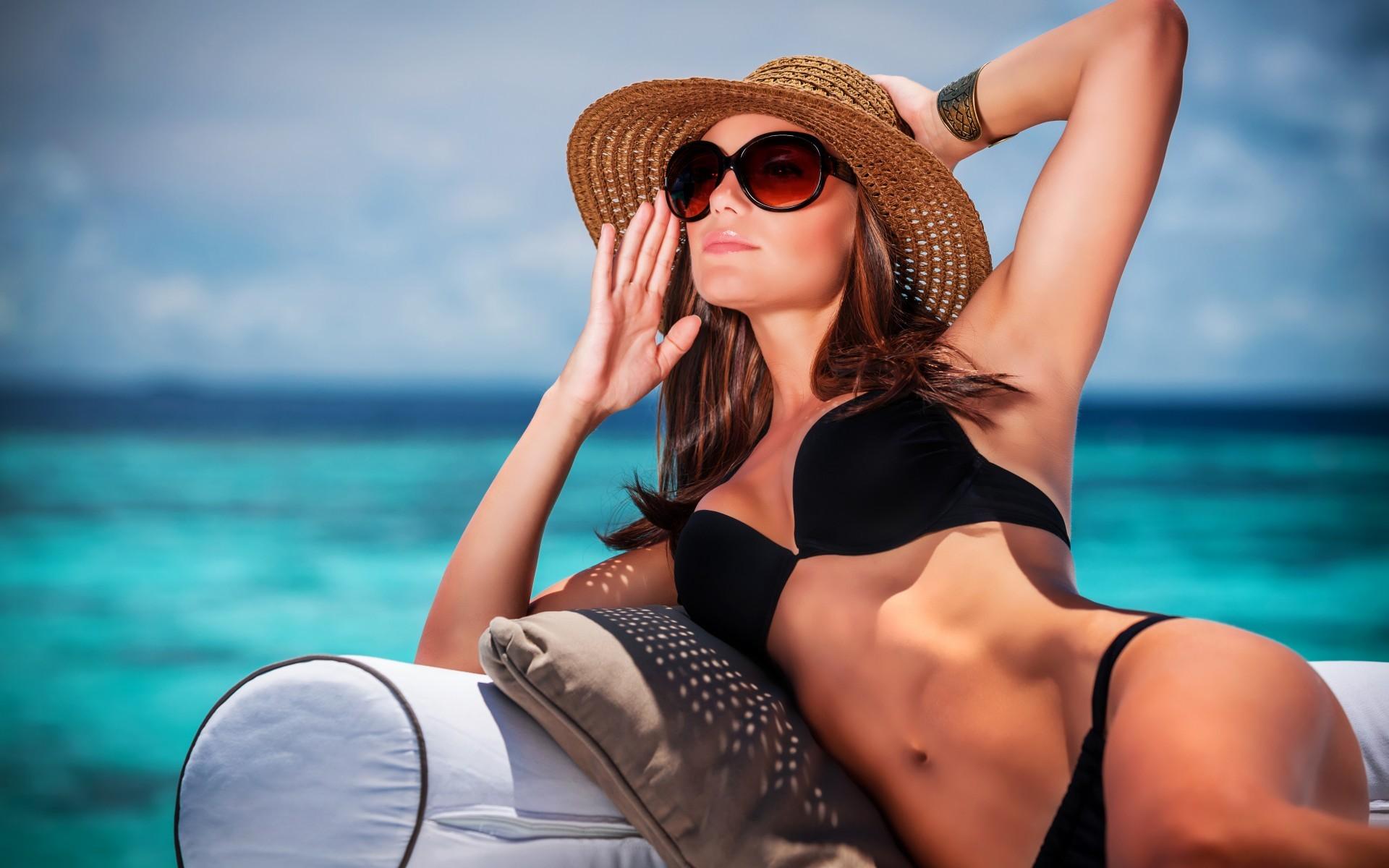 Фото женщин в шляпе на пляже