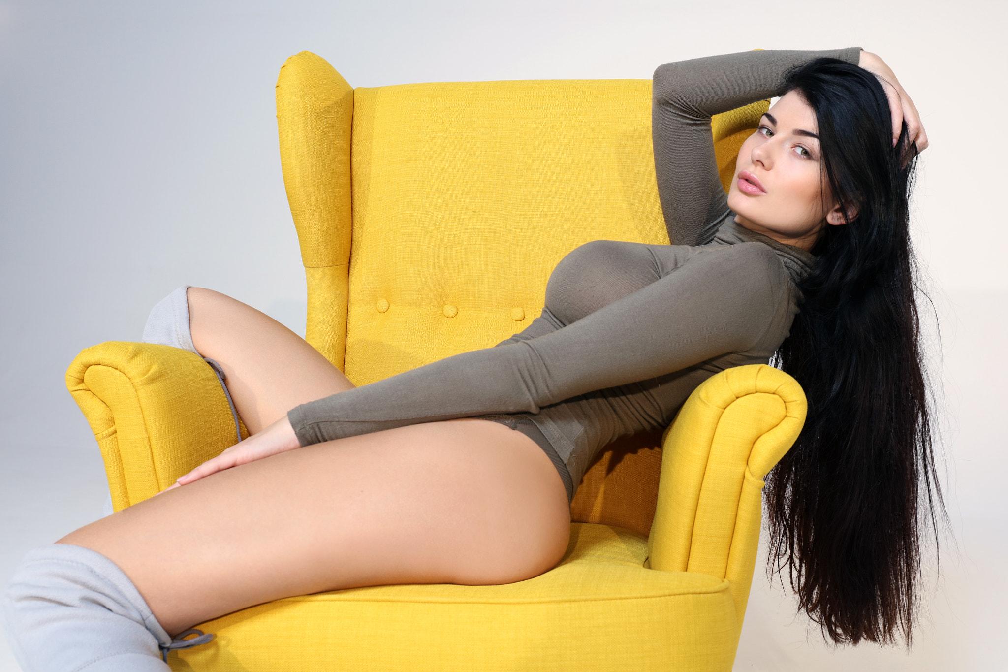 Раздвинула ноги в кресле, У гинеколога раздвинула ноги и кончила пару раз 17 фотография