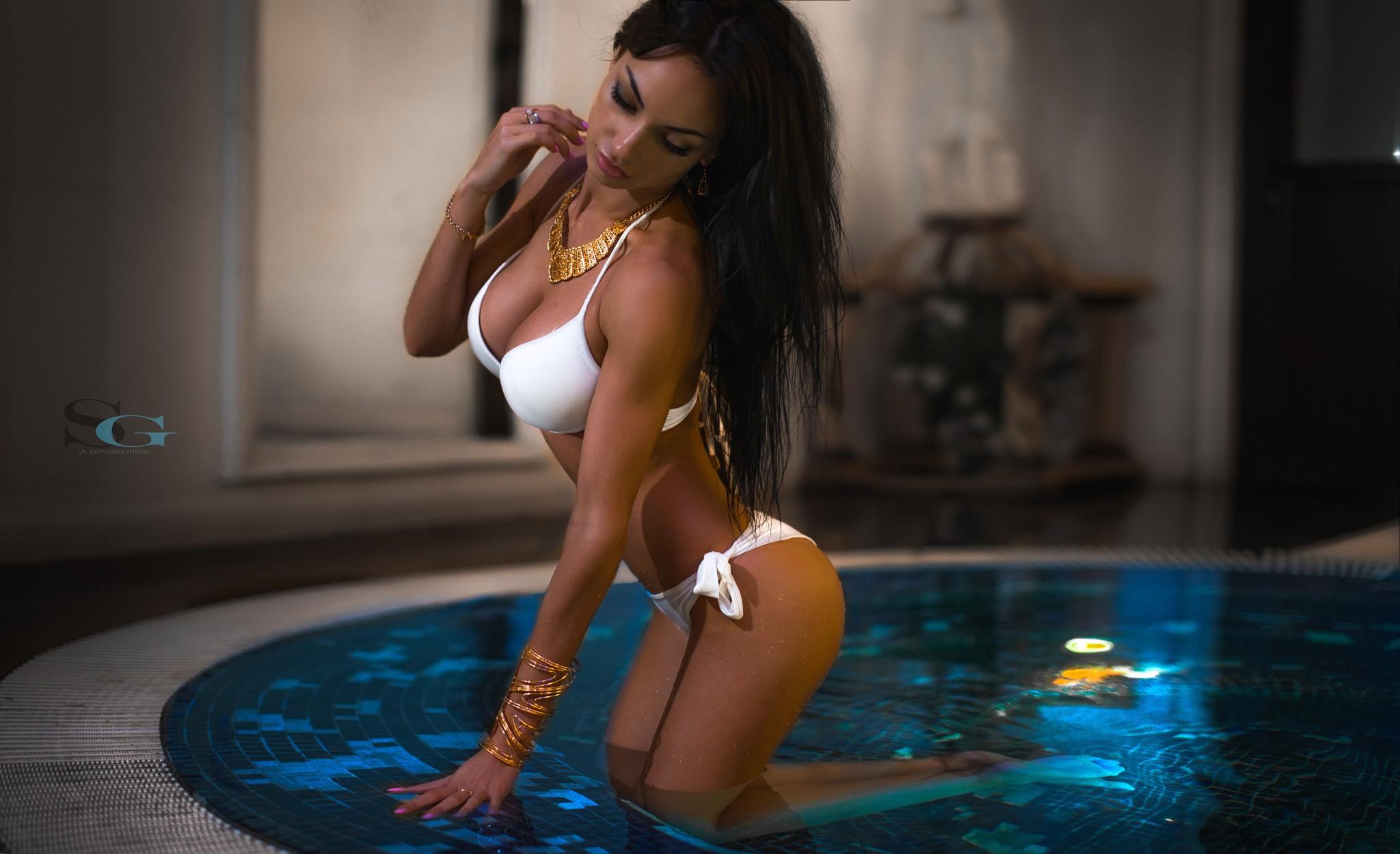 Skinny girl cleavage