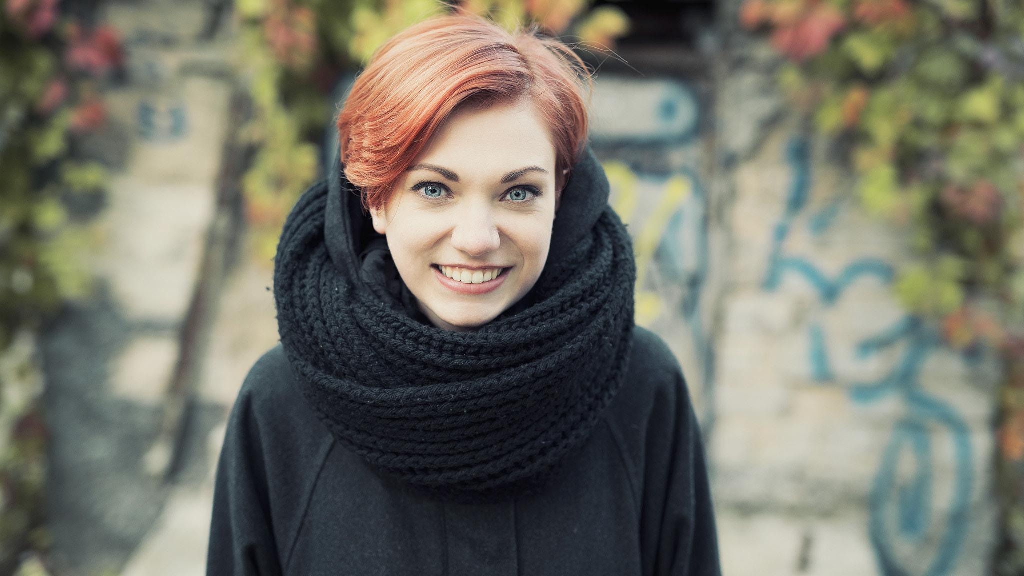 wanita model wanita di luar ruangan 500px melihat viewer si rambut merah syal tersenyum rambut pendek