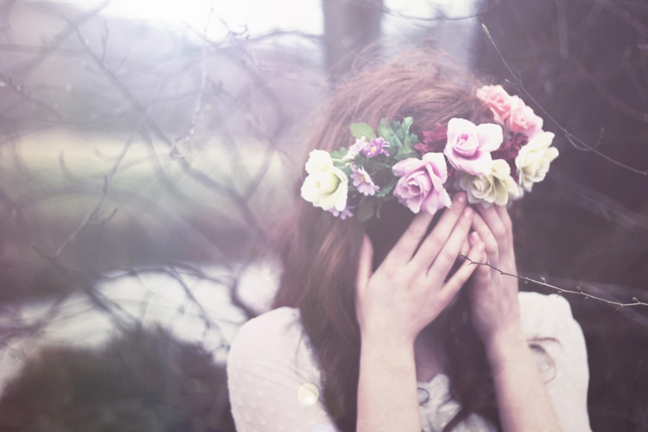 Фото девушек с закрытым лицом с цветами