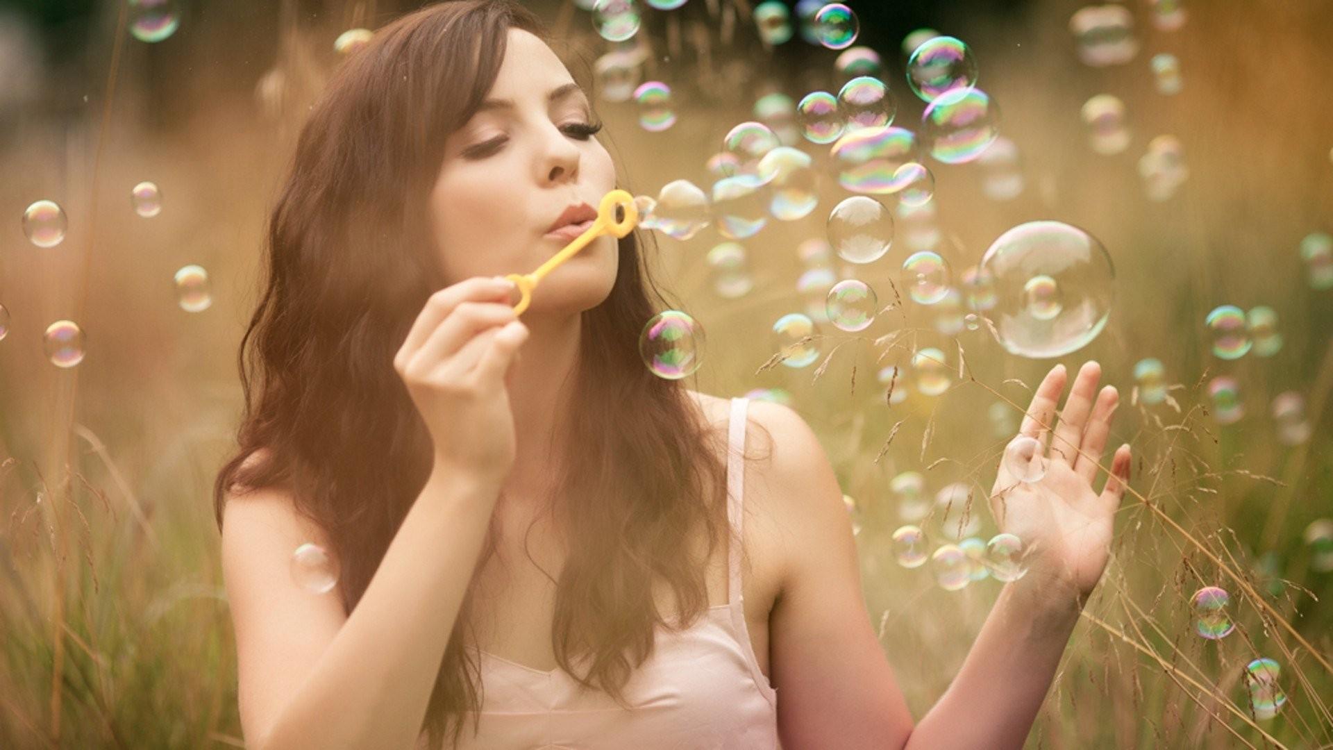 Сон, в котором вы видите или пускаете красивые мыльные пузыри — говорит о том, что ваши мечты имеют мало отношения к действительности и наяву вам явно не мешает заняться более перспективными делами.
