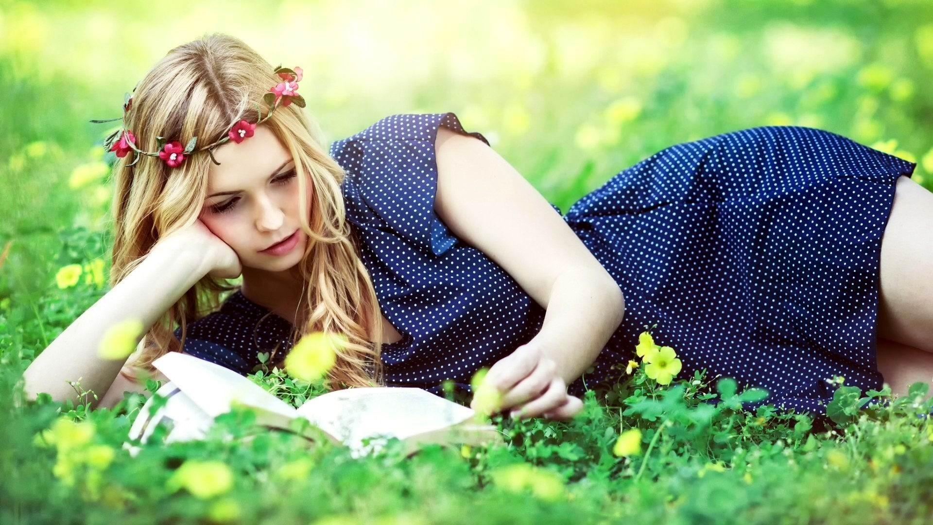 Mujer Leyendo El Libro En Blanco En El Jardín: Wallpaper : Women Outdoors, Model, Blonde, Long Hair