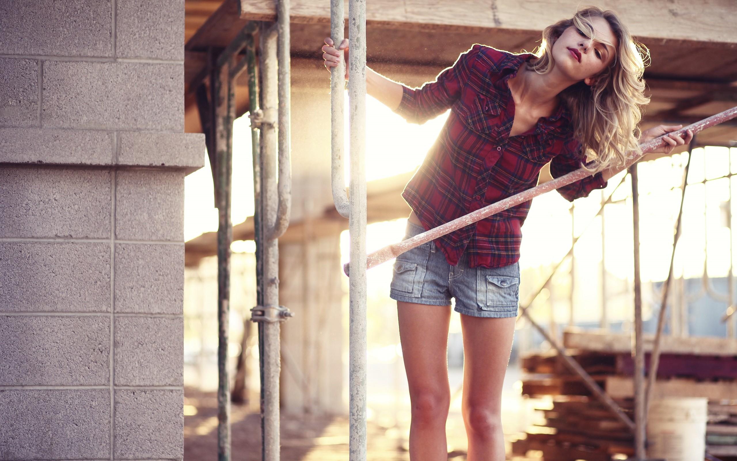 год-полтора девушка в рубашке в клеточку фотосеты начинает двигаться, лариса