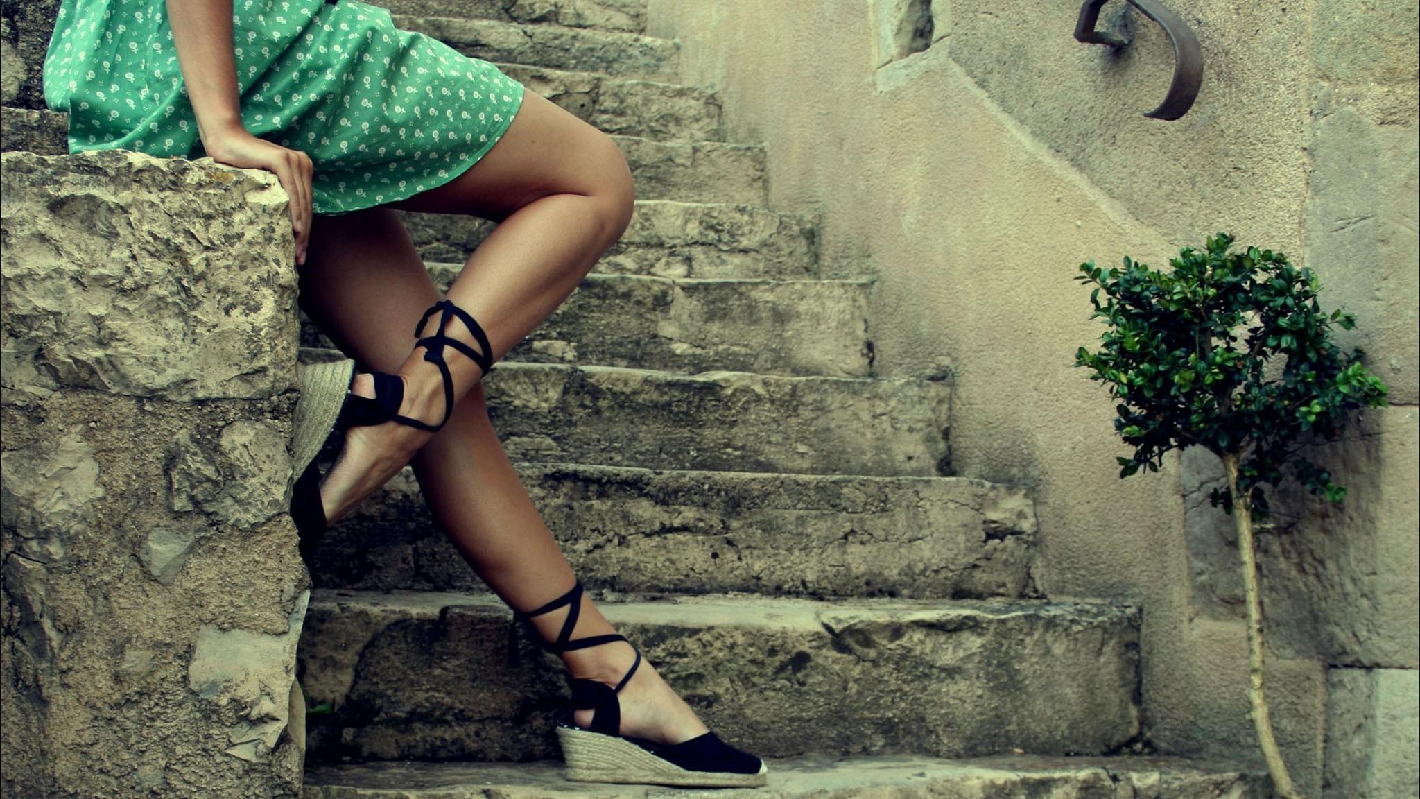 Куни на ступеньках