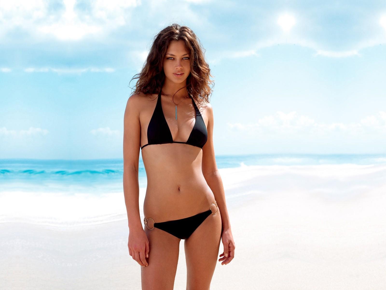 еще любопытнее, худая модели на пляже стала неприятно