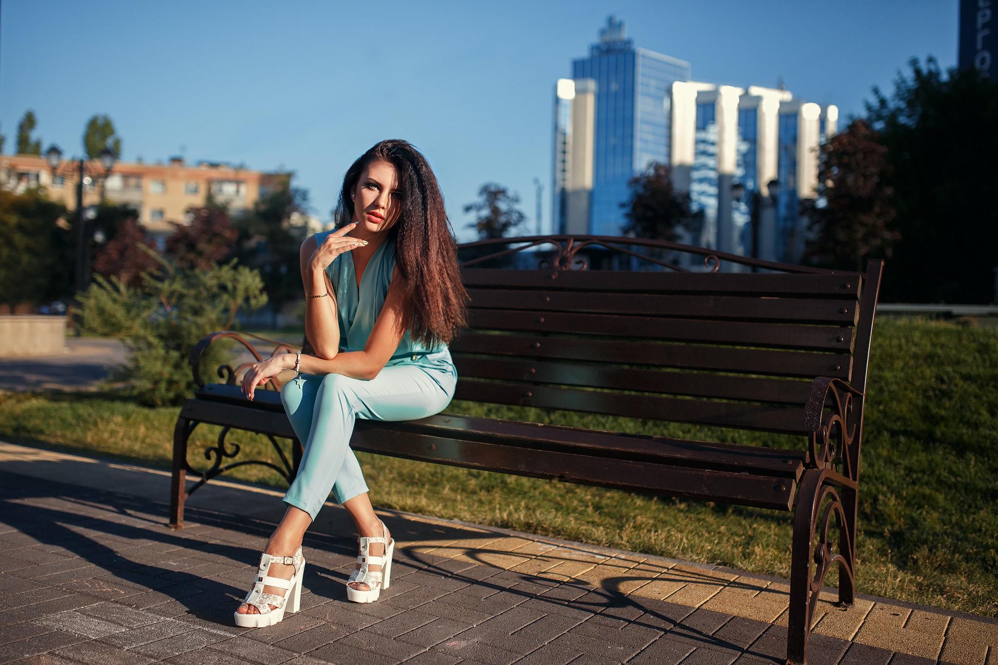 Брюнетку в парке — img 13