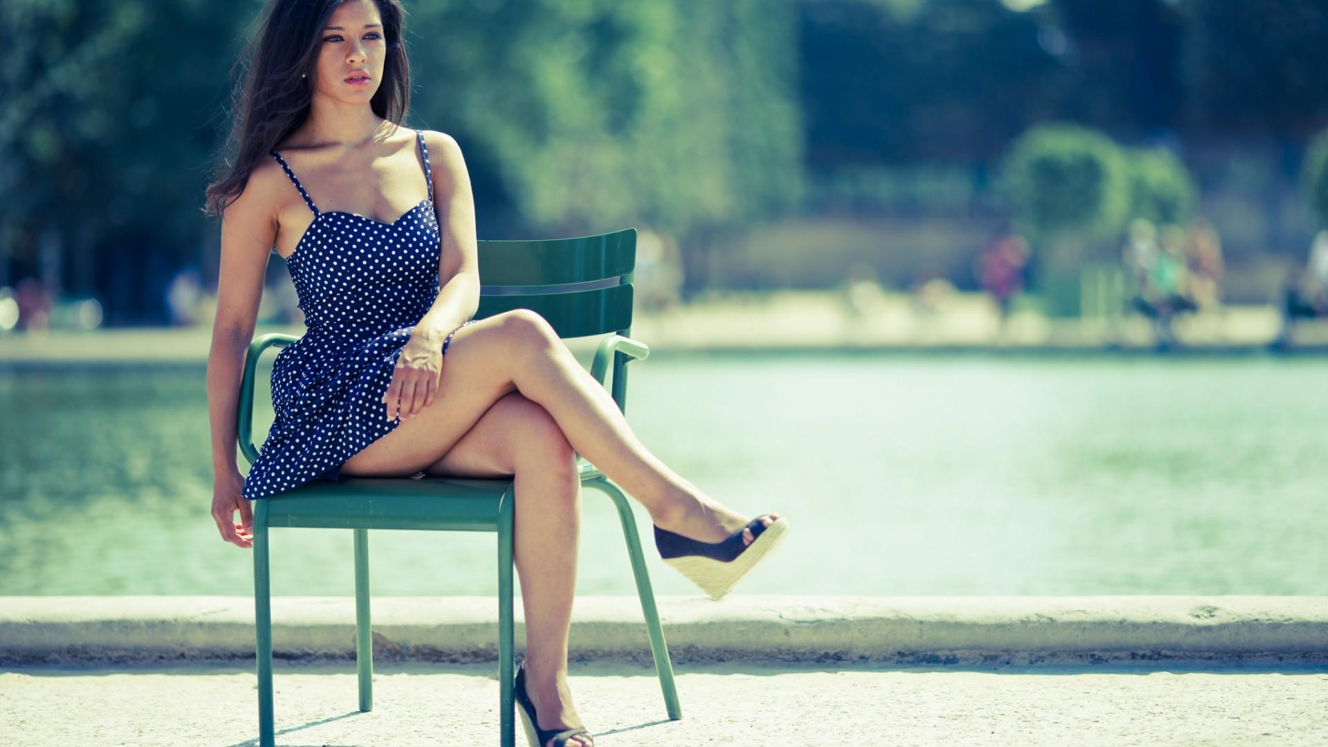 Ретро девушка в коротком сарафане вид сбоку фото скрытые камеры