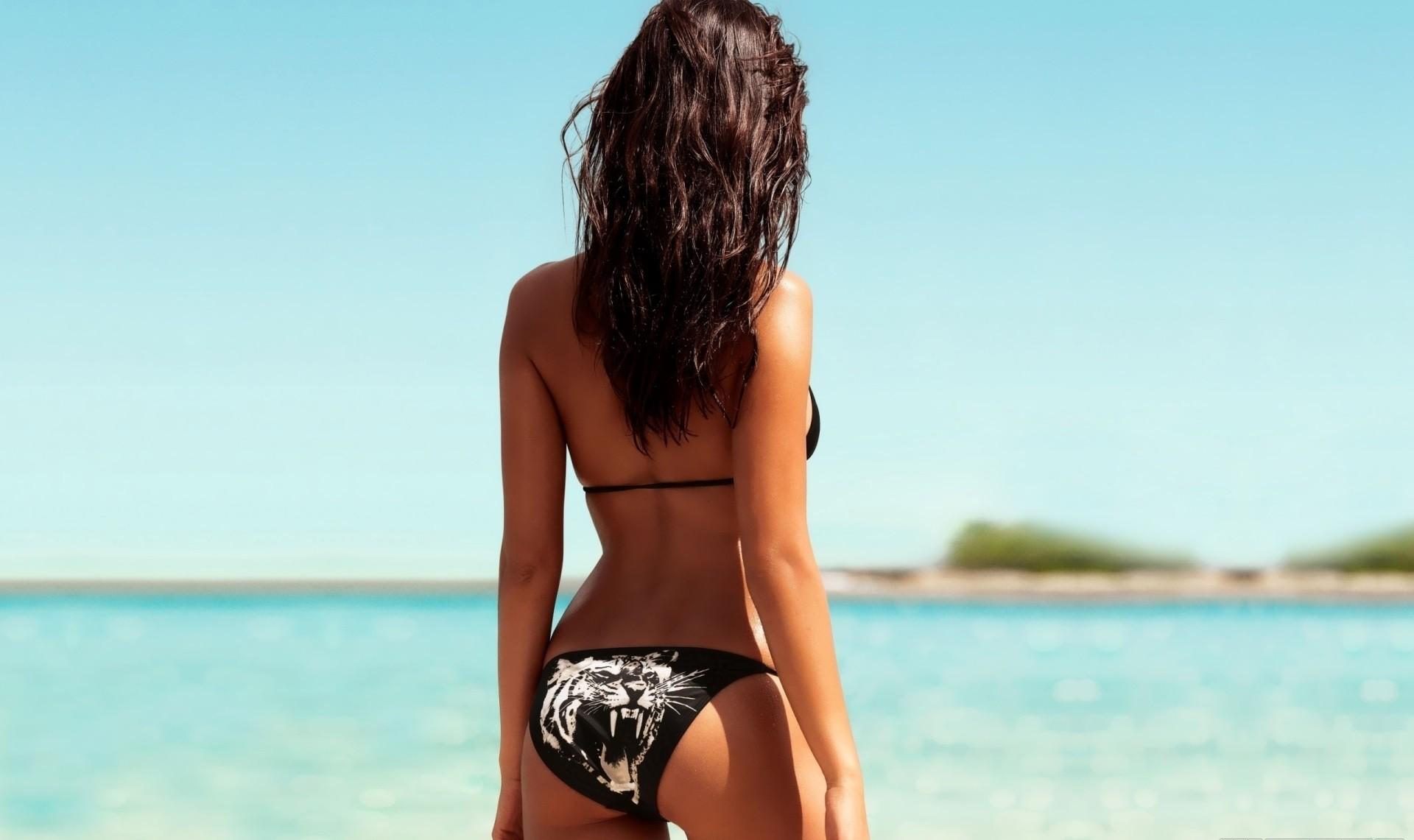 Фото девушек брюнеток на аву в купальнике