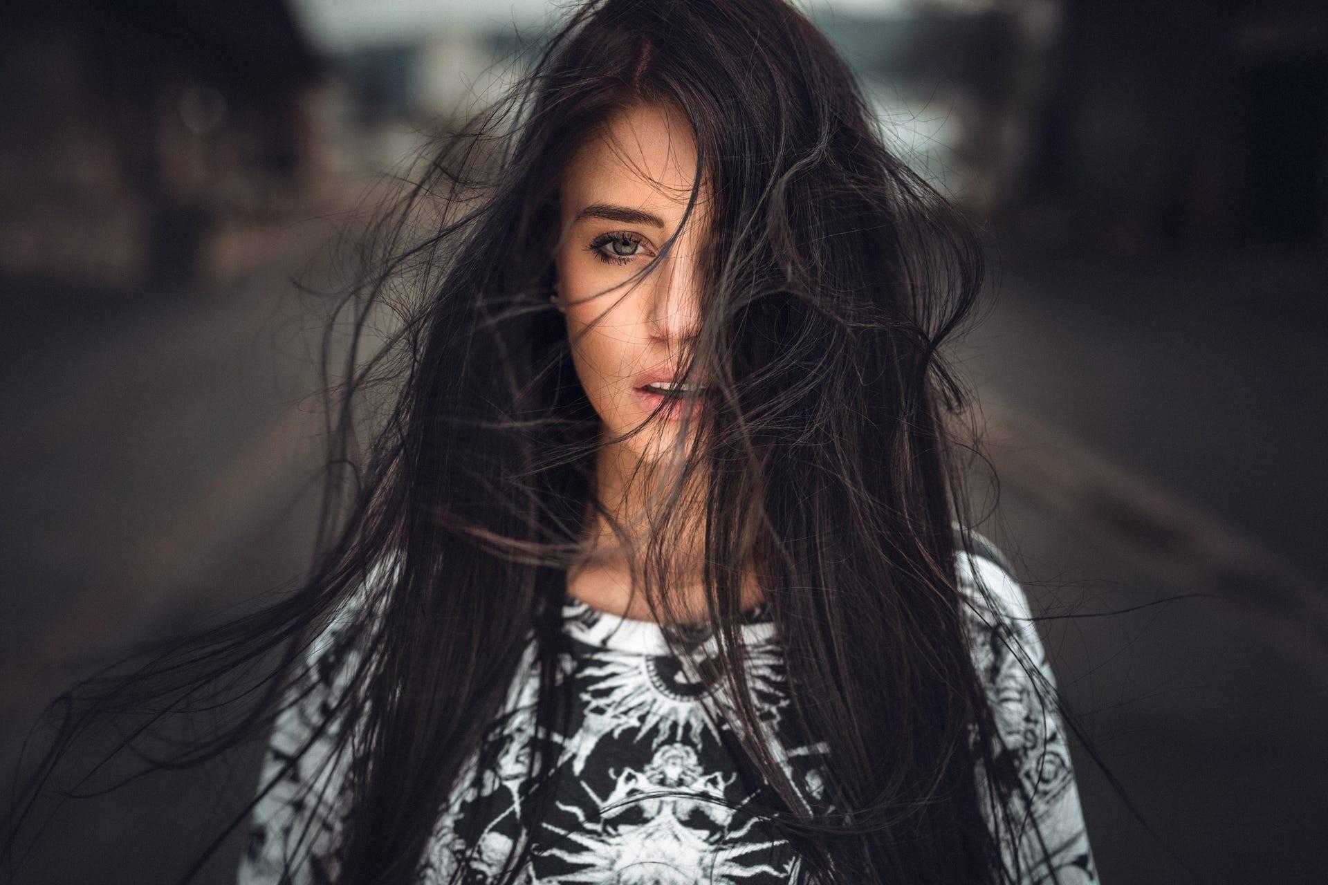 Фото красивых девушек брюнеток с длинными волосами с боку