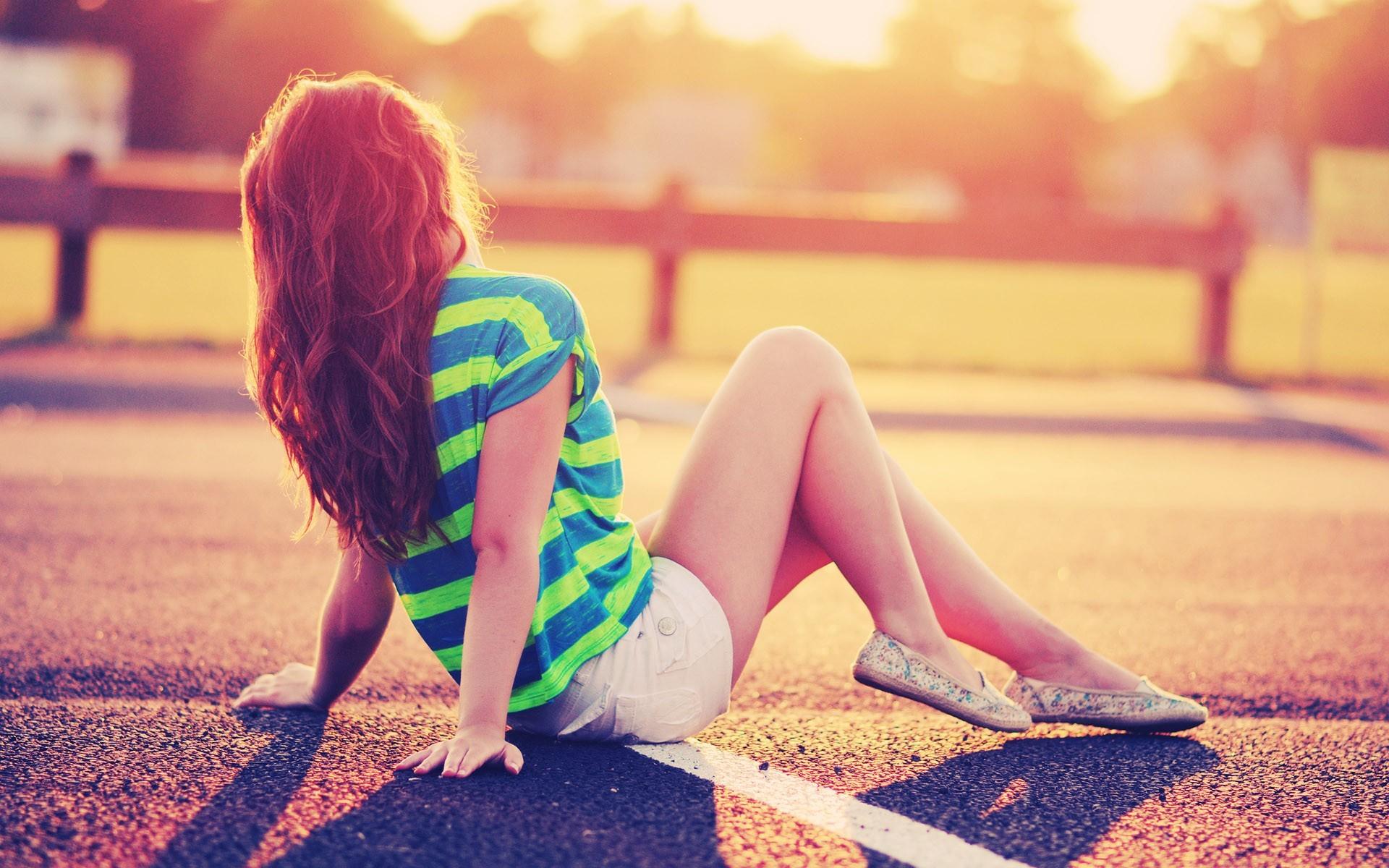 Картинки на аву девушка сидит спиной