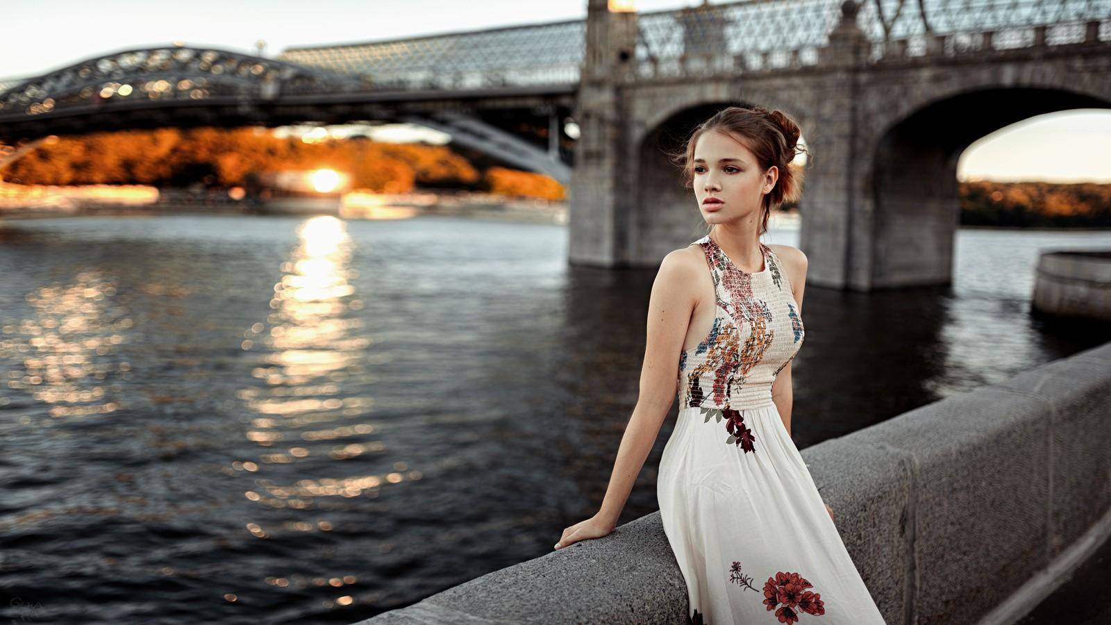 противоречивый, сумрачный красивые позы у моста одной фотографии старше