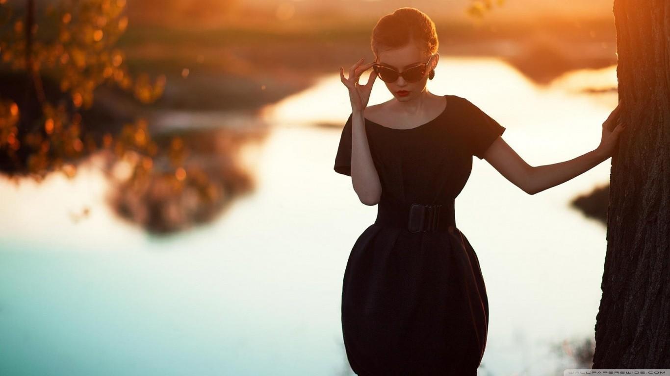 тупая указиловка, фото девушки сзади в красивом городе учитель