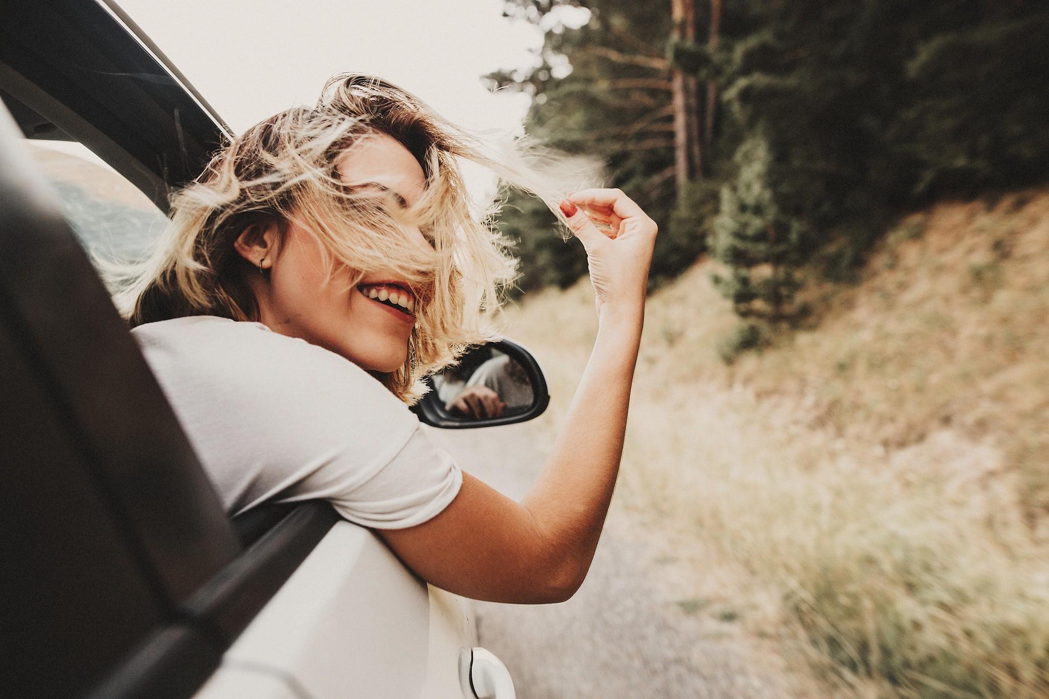 Картинки девушек из окна авто