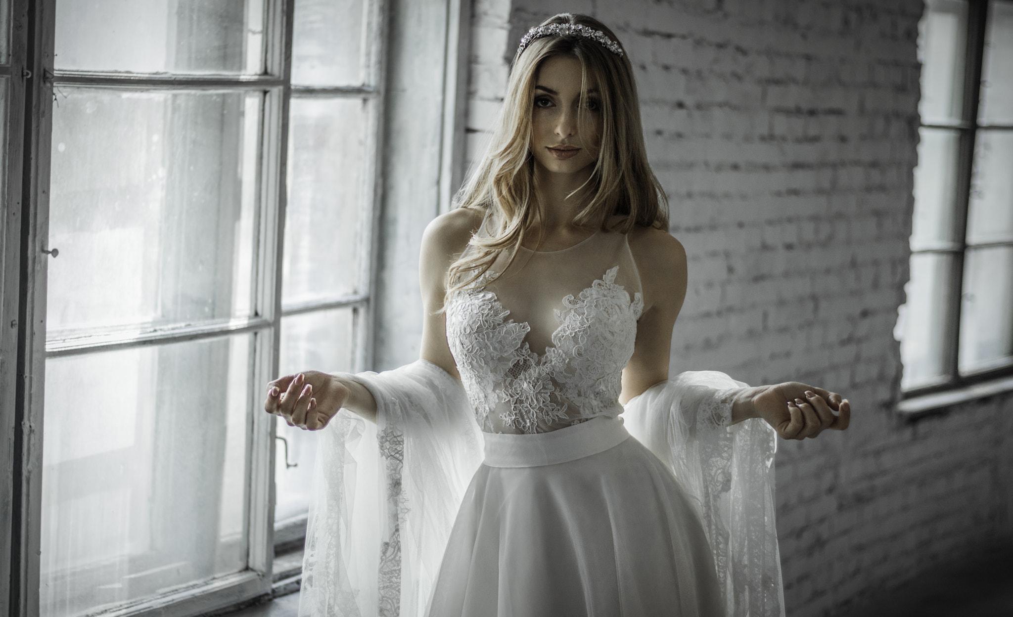 デスクトップ壁紙 女性 ポートレート ブロンド 白いドレス 窓