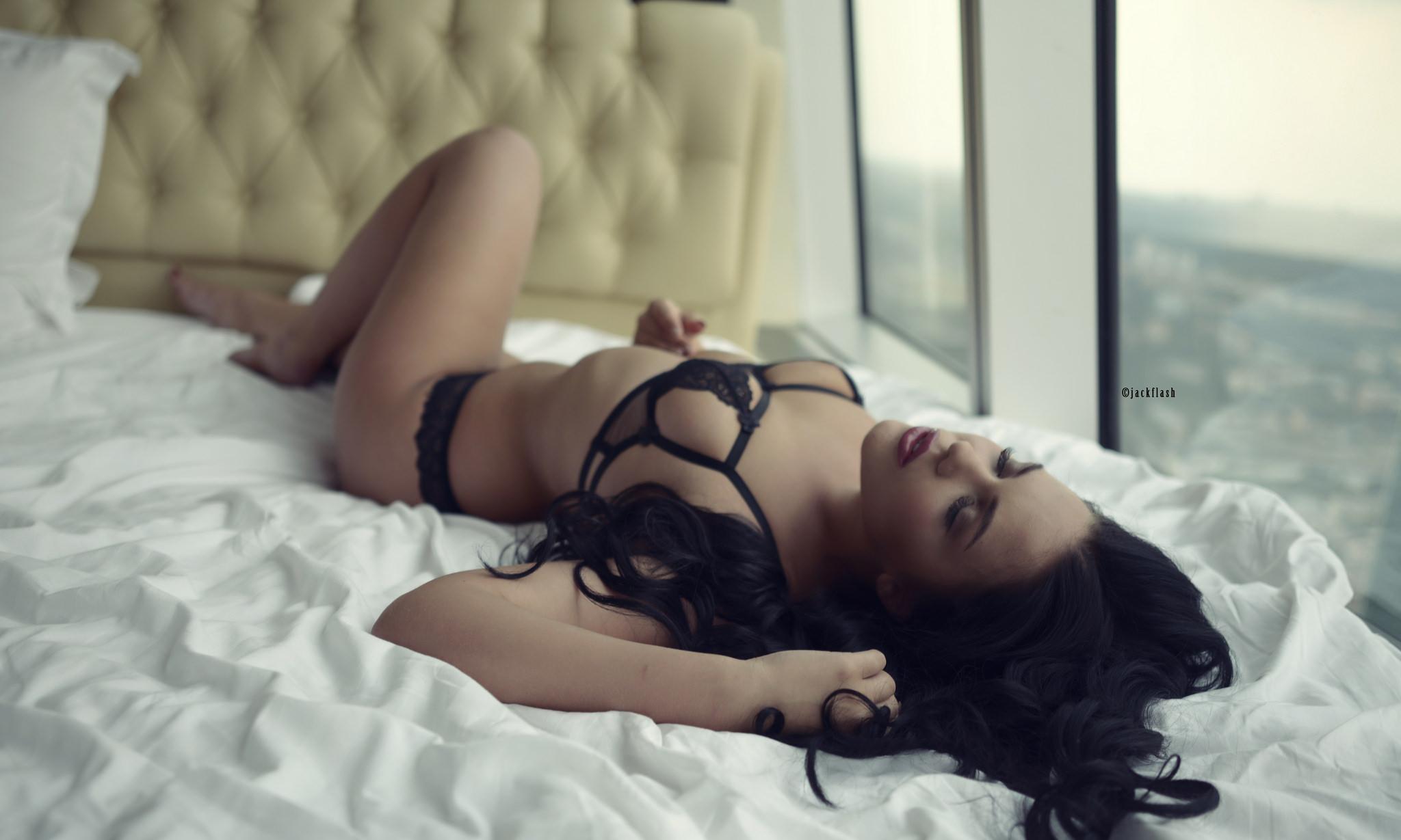 Видео секс привязали к кровати, усыпил и выебал девушку порно