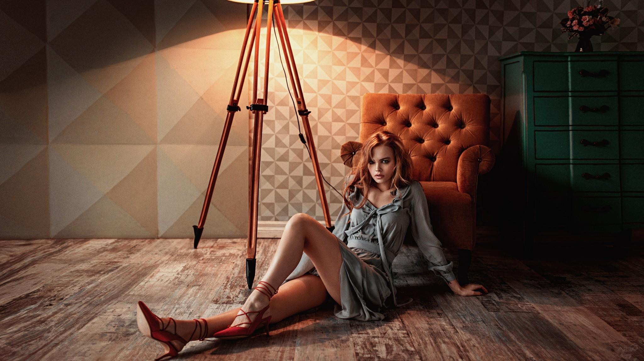 Девушка на фотосессии в студии с фотографом