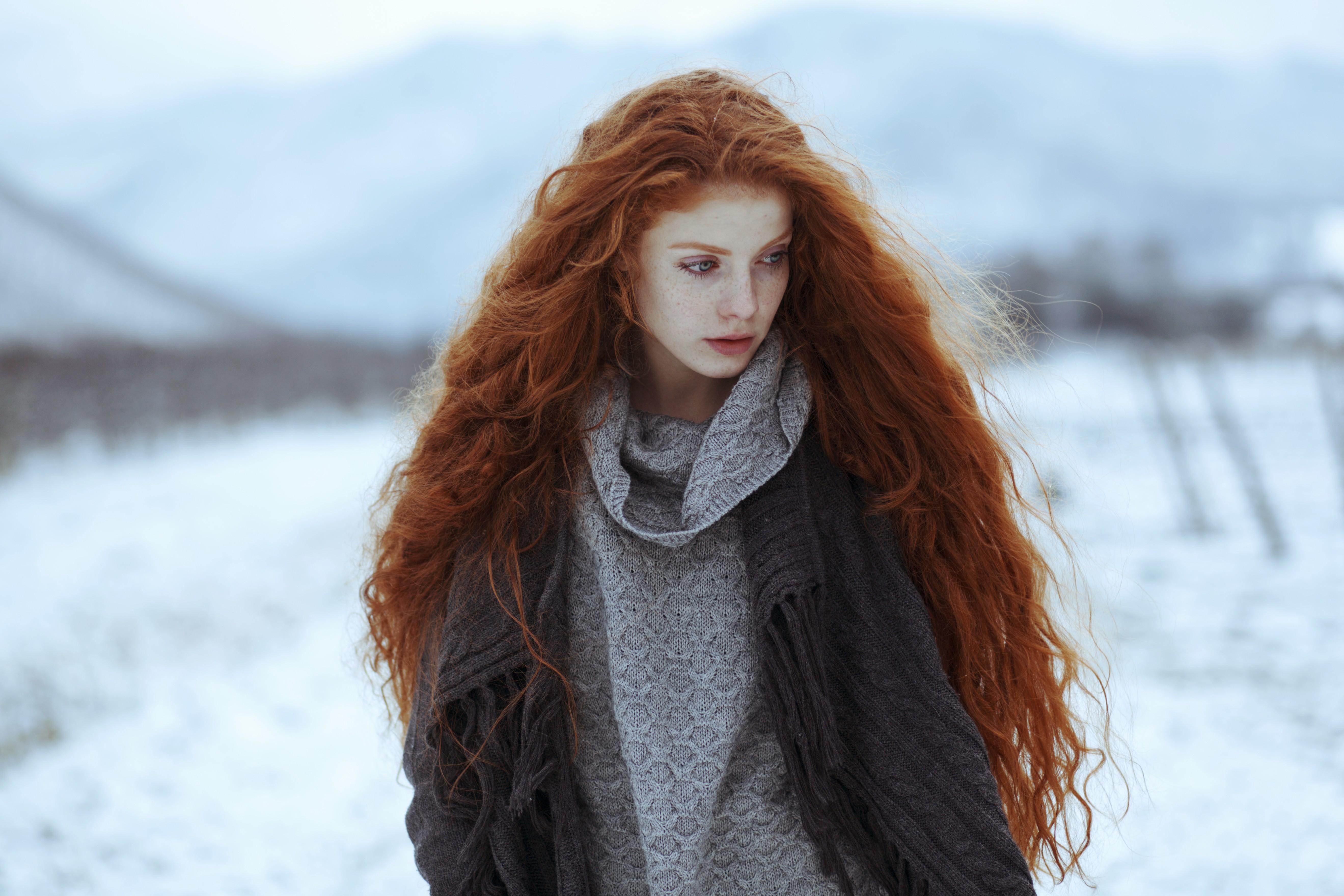 Рыжая девушка с длинными волосами