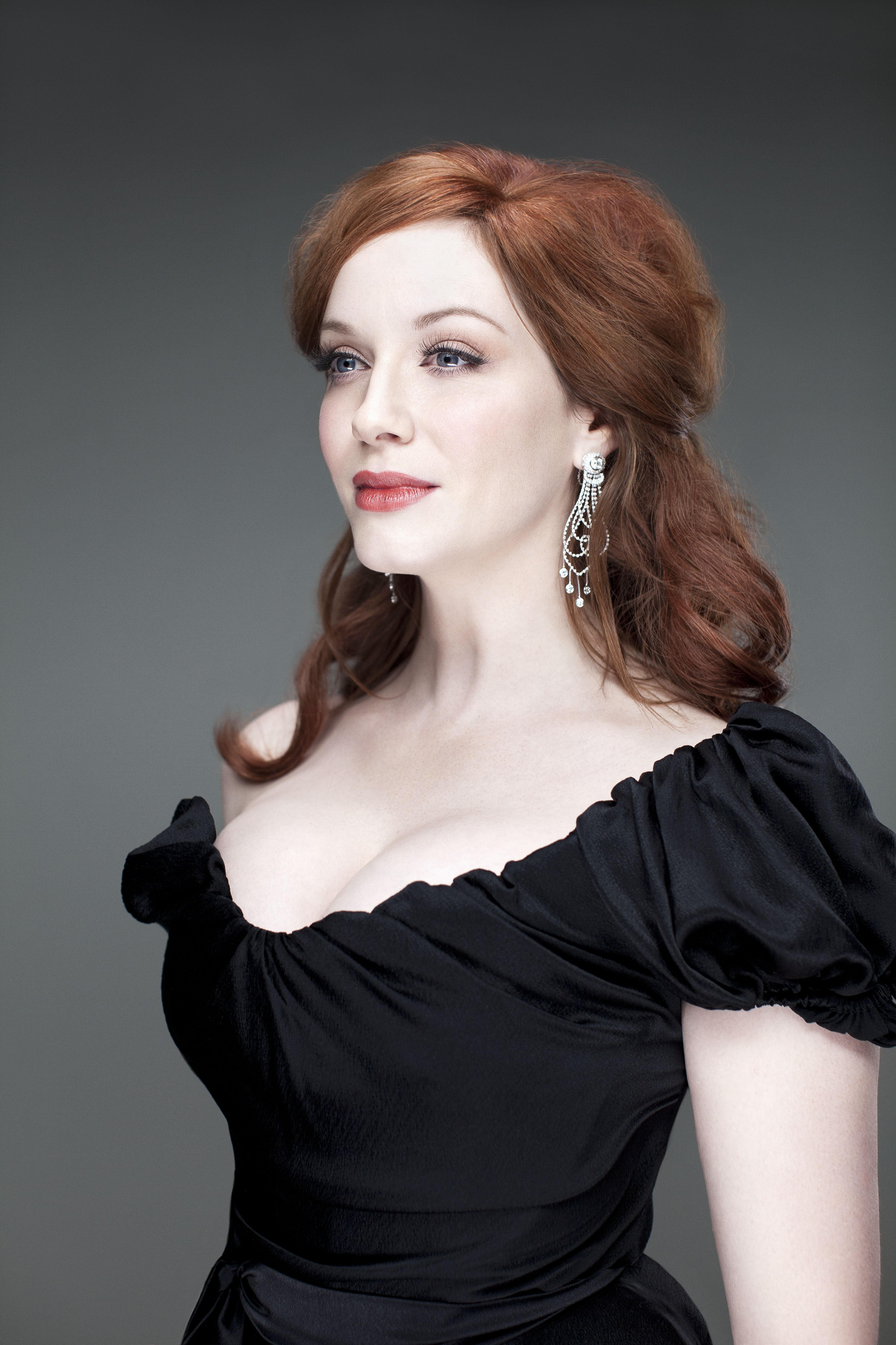 redhead-adult-actress-men-nude-locker-room