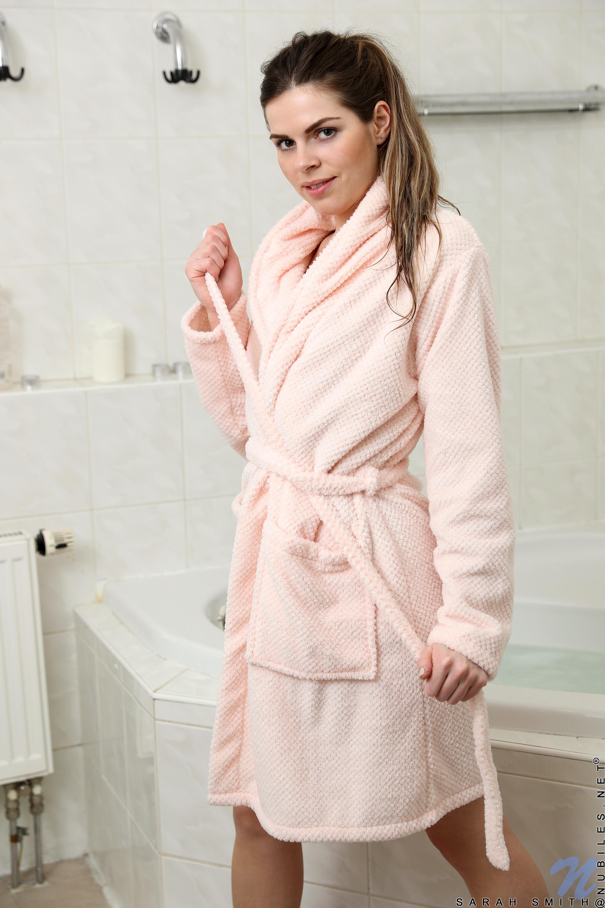 Девушки в халатах после ванны видео 8