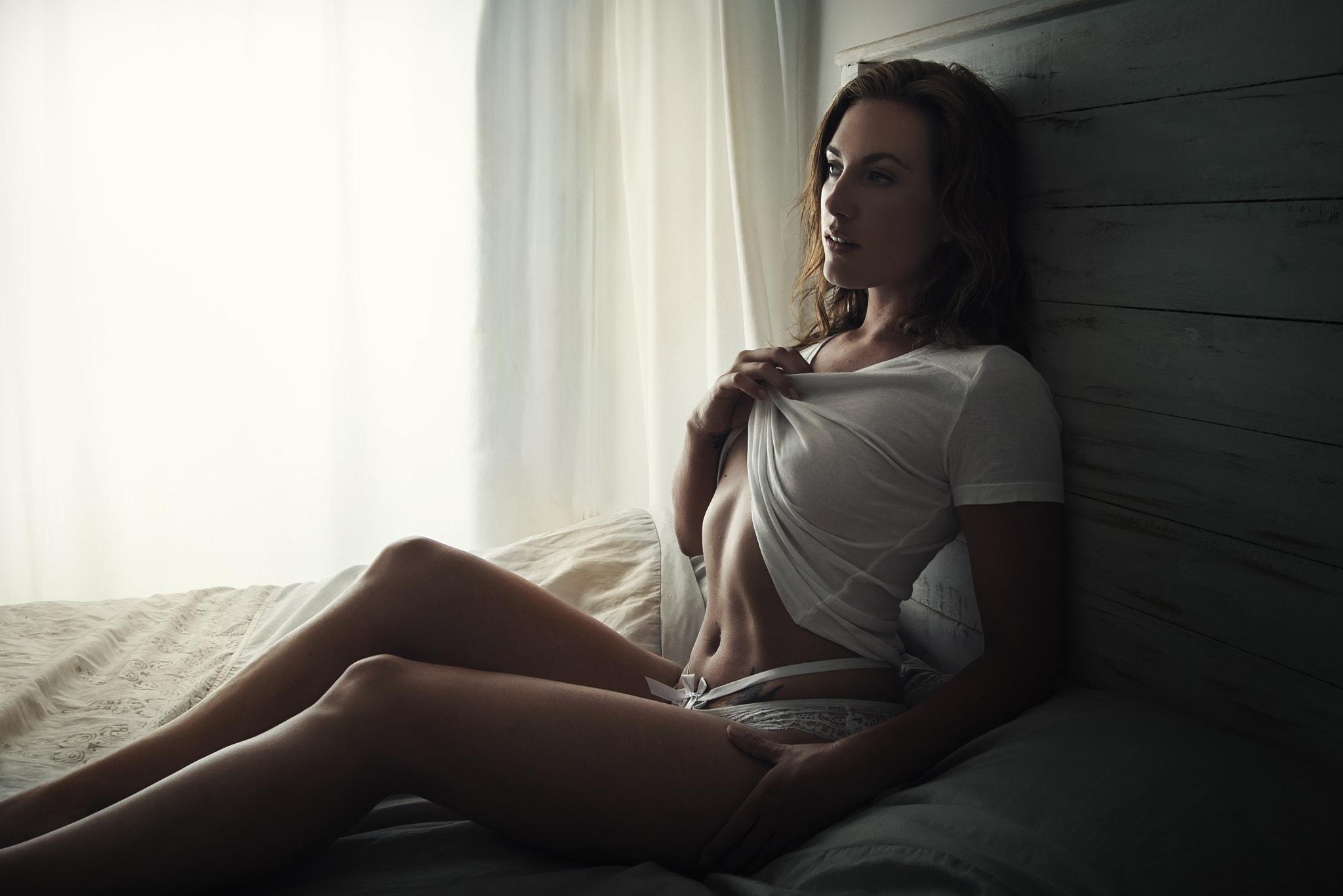 клип девушка на кровати в белой майке не цветной - 9