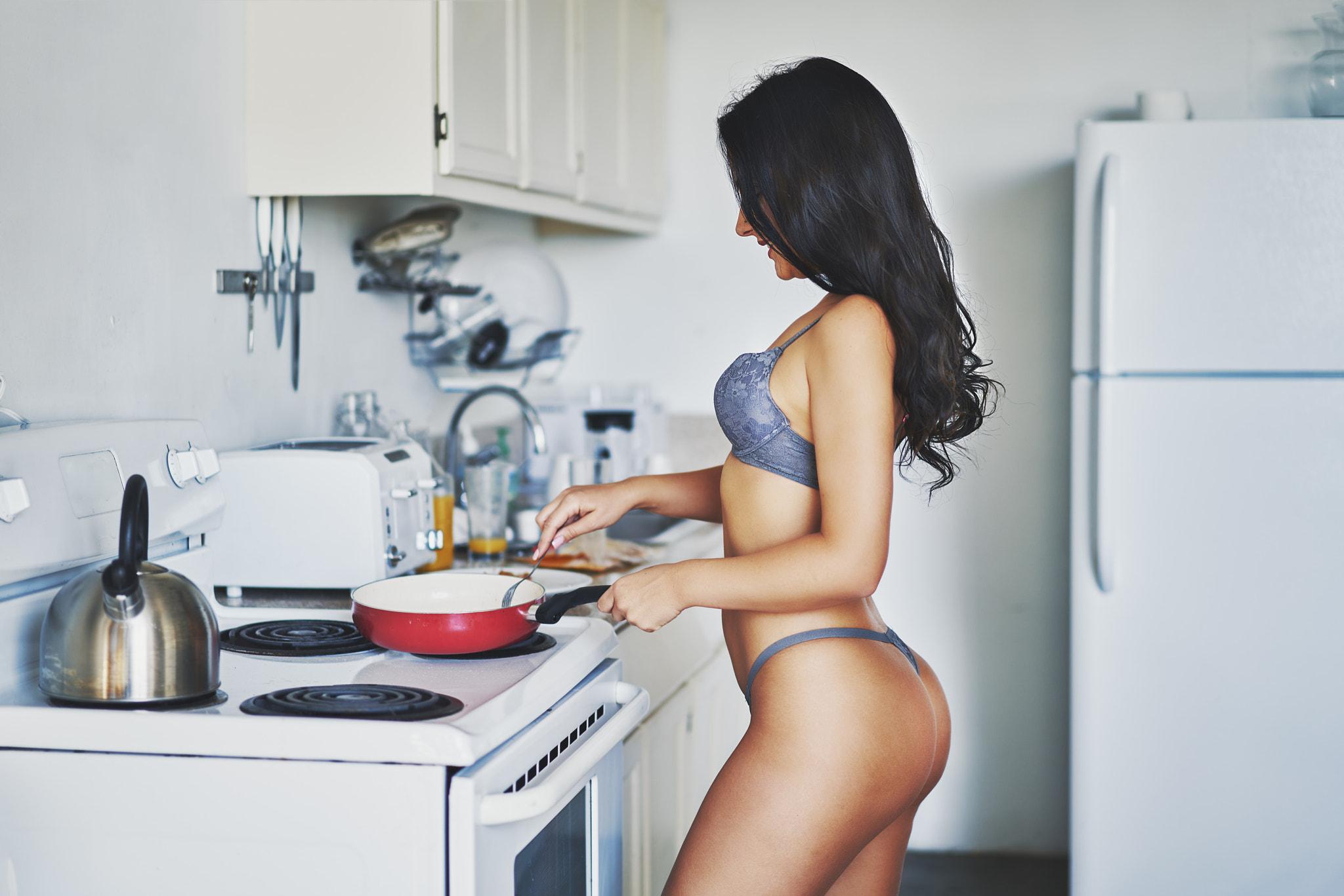 девушка развлекаться на кухне всего
