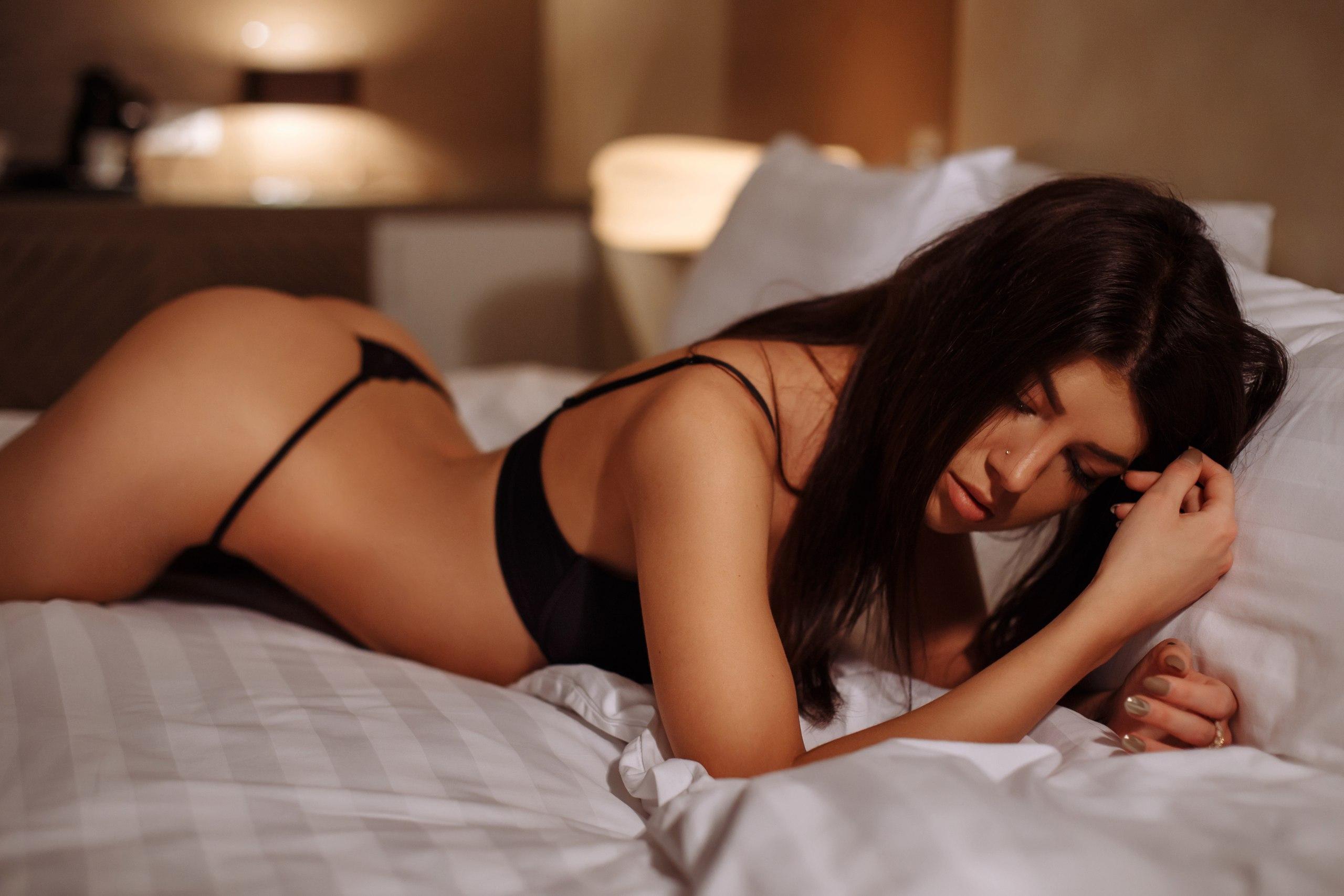 Фото девушек брюнеток в постели по домашнему, Голые жены в постели (34 фото) Частное 12 фотография