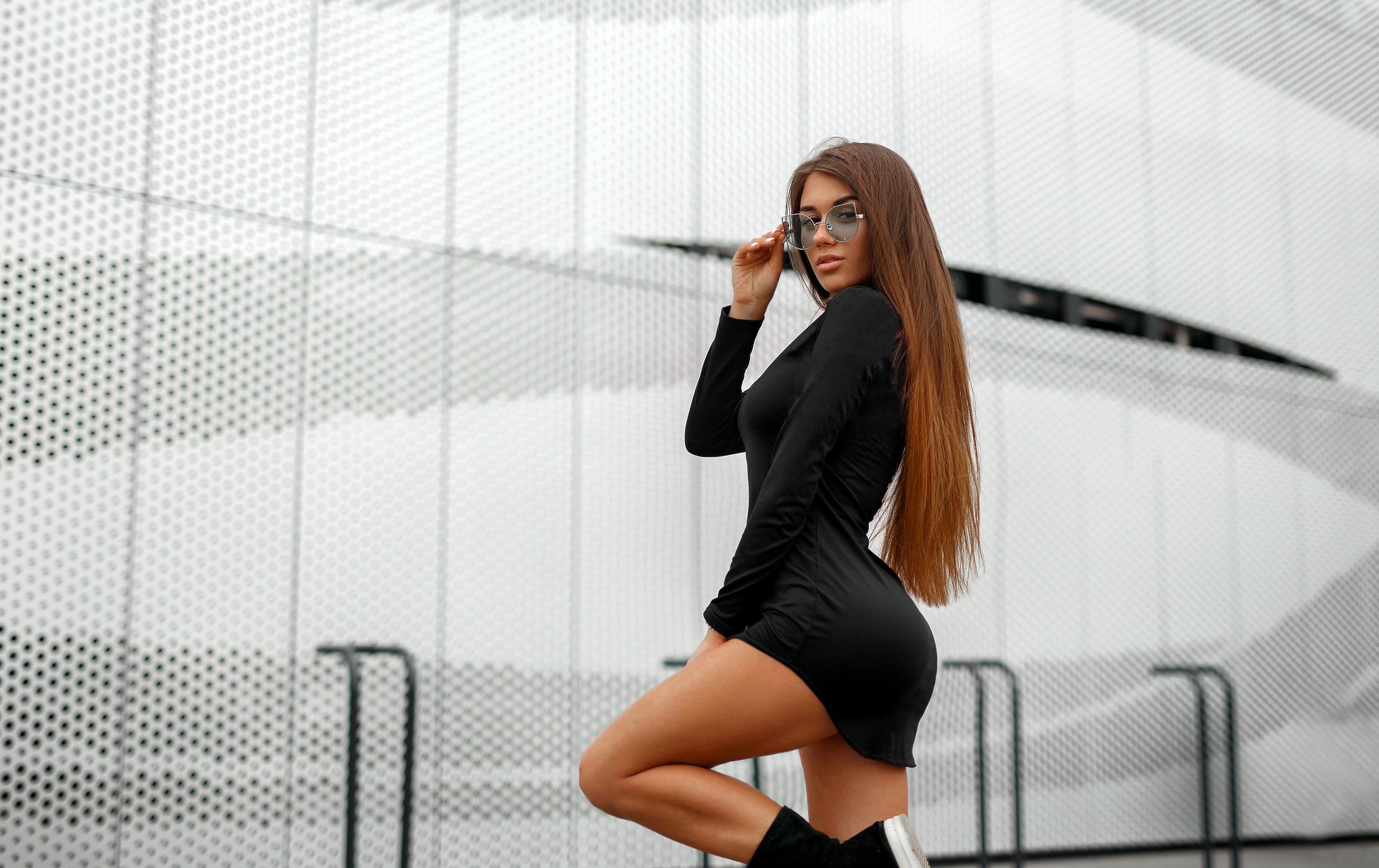 a837e135f0fa Kvinder garvet portræt Sort kjole Kvinder med briller langt hår sko Kvinder  udendørs Sorte tøj hvide
