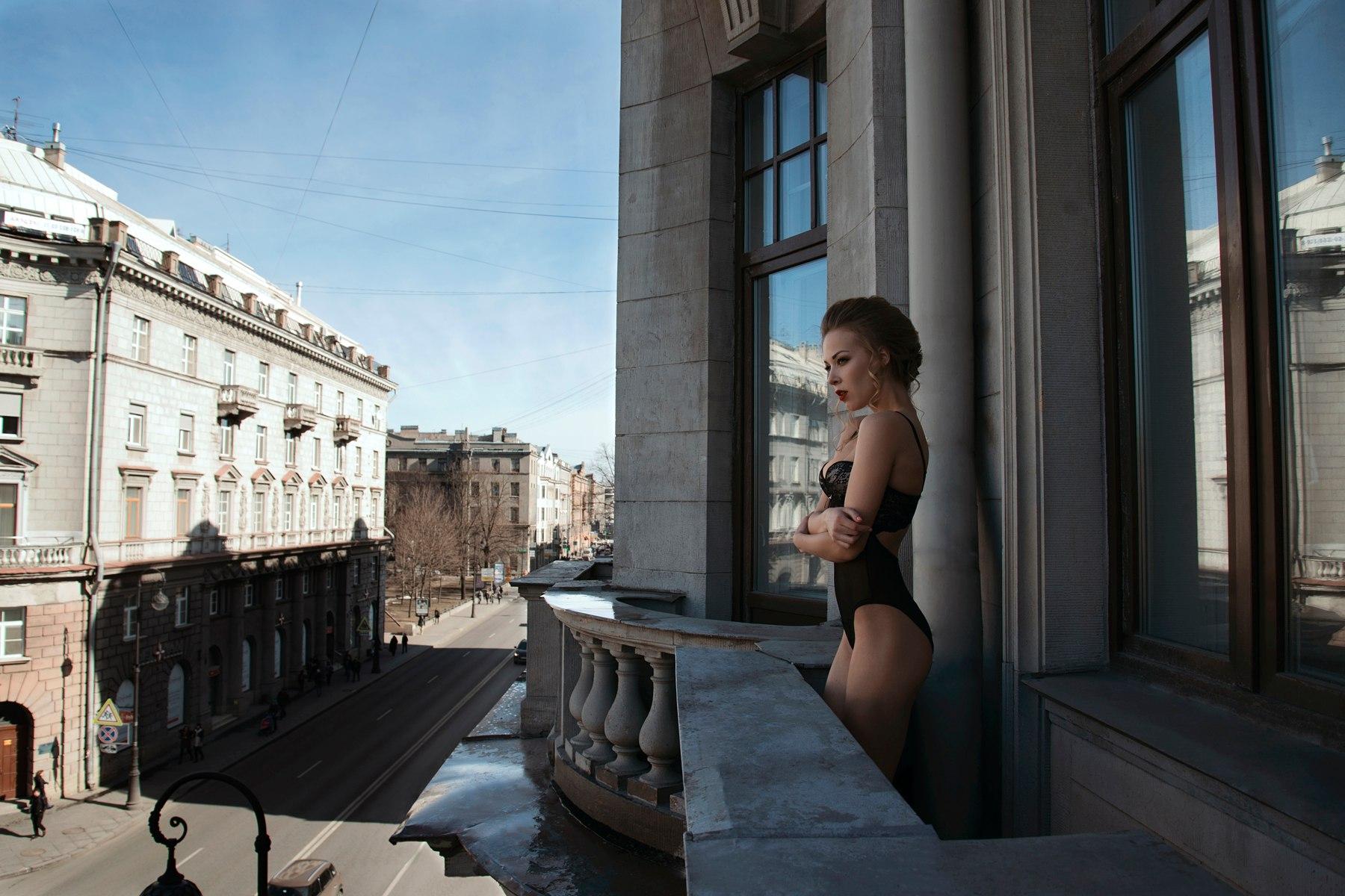 yutub-devushka-na-balkone-vivernuli-ruki-i-zhestko-ottrahali-vo-vse-sheli-foto