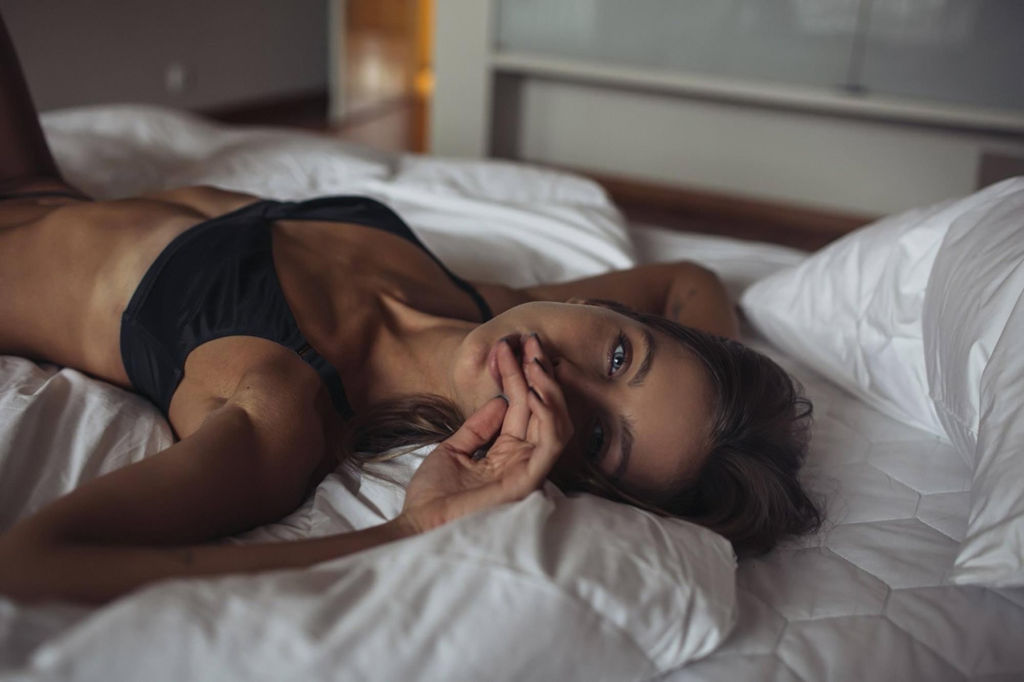 Девушка лежит на кровати фото на аву