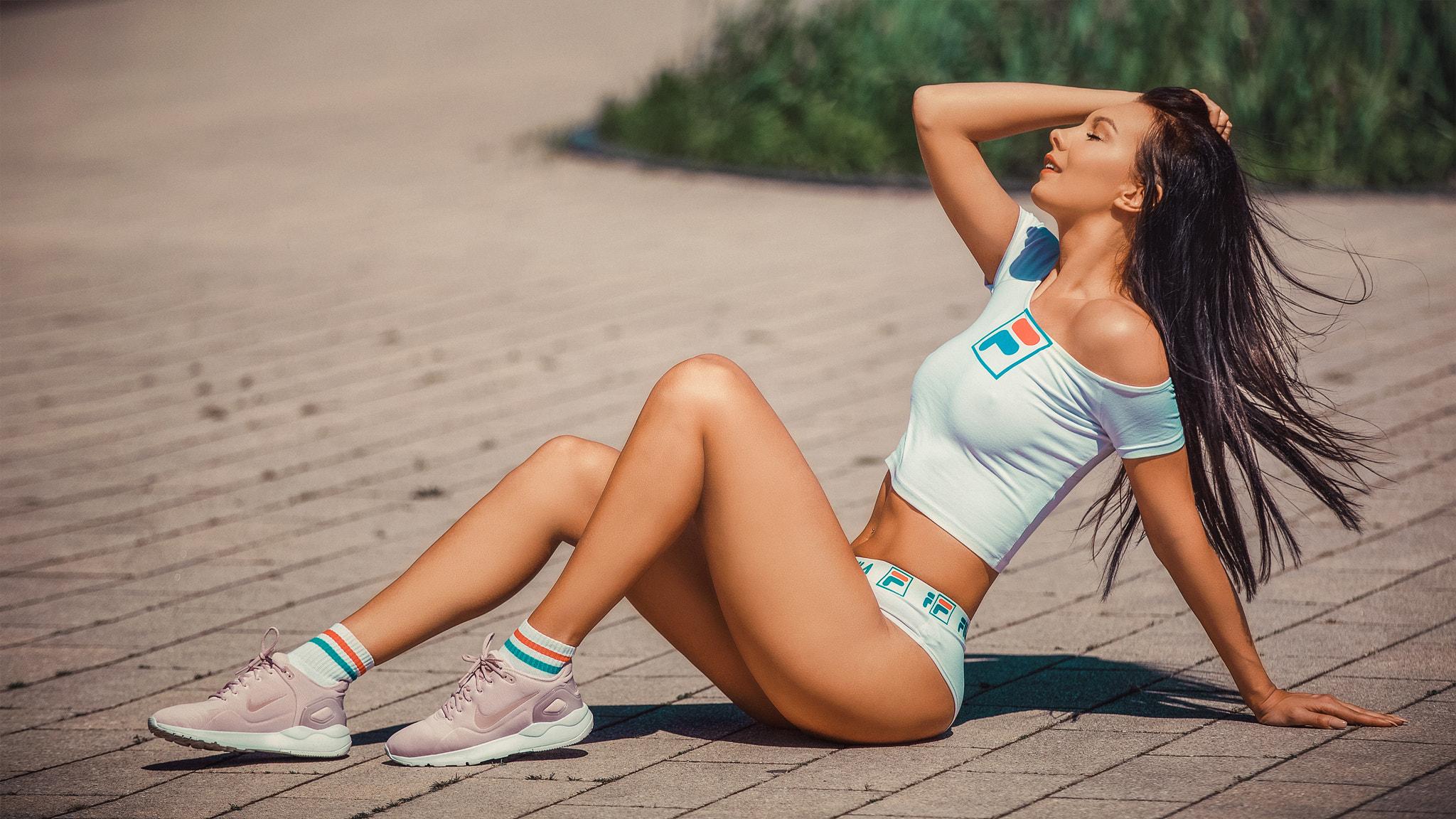 Спортсменка снимает кроссовки, телки танцуют на раздевание