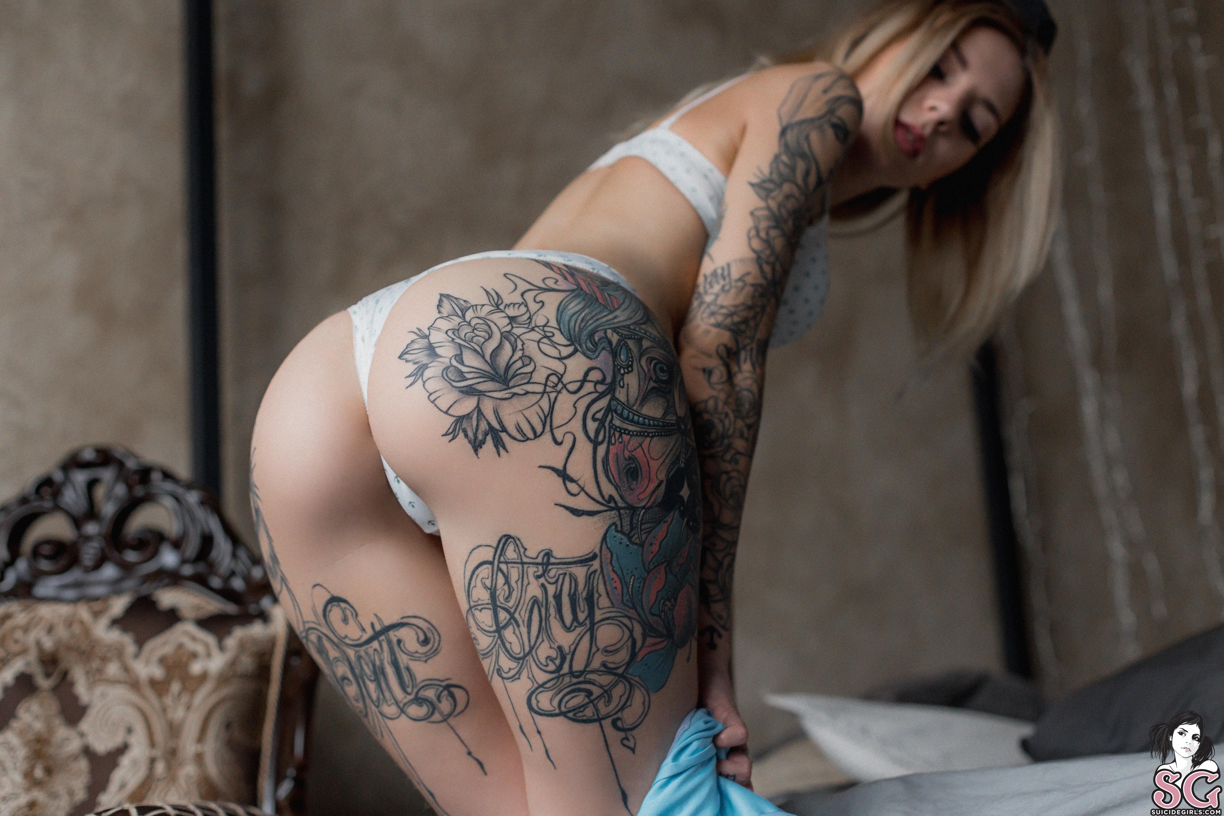 Tattooed blonde kleio valentien freeing big boobs and butt